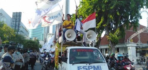 Buruh Jatim Kembali Suarakan 2 Tuntutan di Gedung Grahadi Surabaya