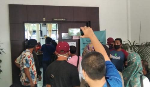Dukung Mosi Tidak Percaya, Puluhan LSM 'Segel' Kantor Inspektorat Jember