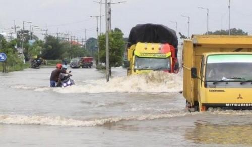 Genangan Banjir Raya Porong, Hambat Pengguna Jalan