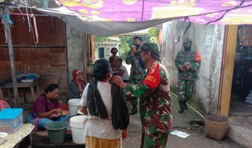 Anggota TNI Blusukan Sosialisasi Prokes Covid-19 di Pasar Ponorogo