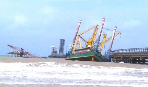 Akibat Cuaca Buruk, Kapal Tongkang Hantam Pelabuhan PT SBI Tuban