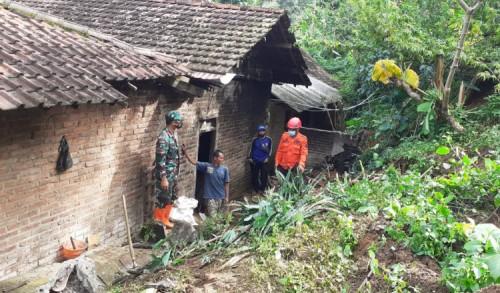 Sebuah Rumah di Ponorogo Tertimpa Tanah Longsor
