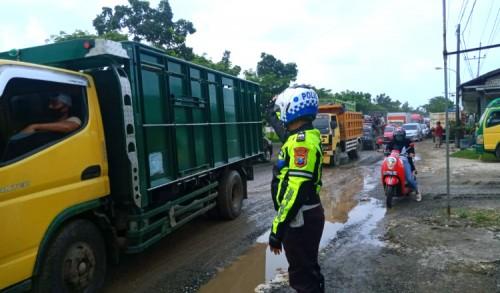 Ada Perbaikan Jalan Berlubang, Jalur Pantura Tuban-Babat Macet Hingga 10 Kilometer