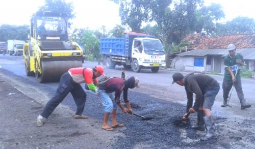 Faktor Cuaca Dan Kendaraan Berat Jadi Penyebab Kerusakan Jalan Tuban-Widang