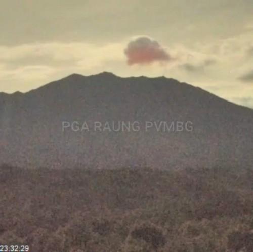 Puncak Gunung Raung Munculkan Cahaya Api