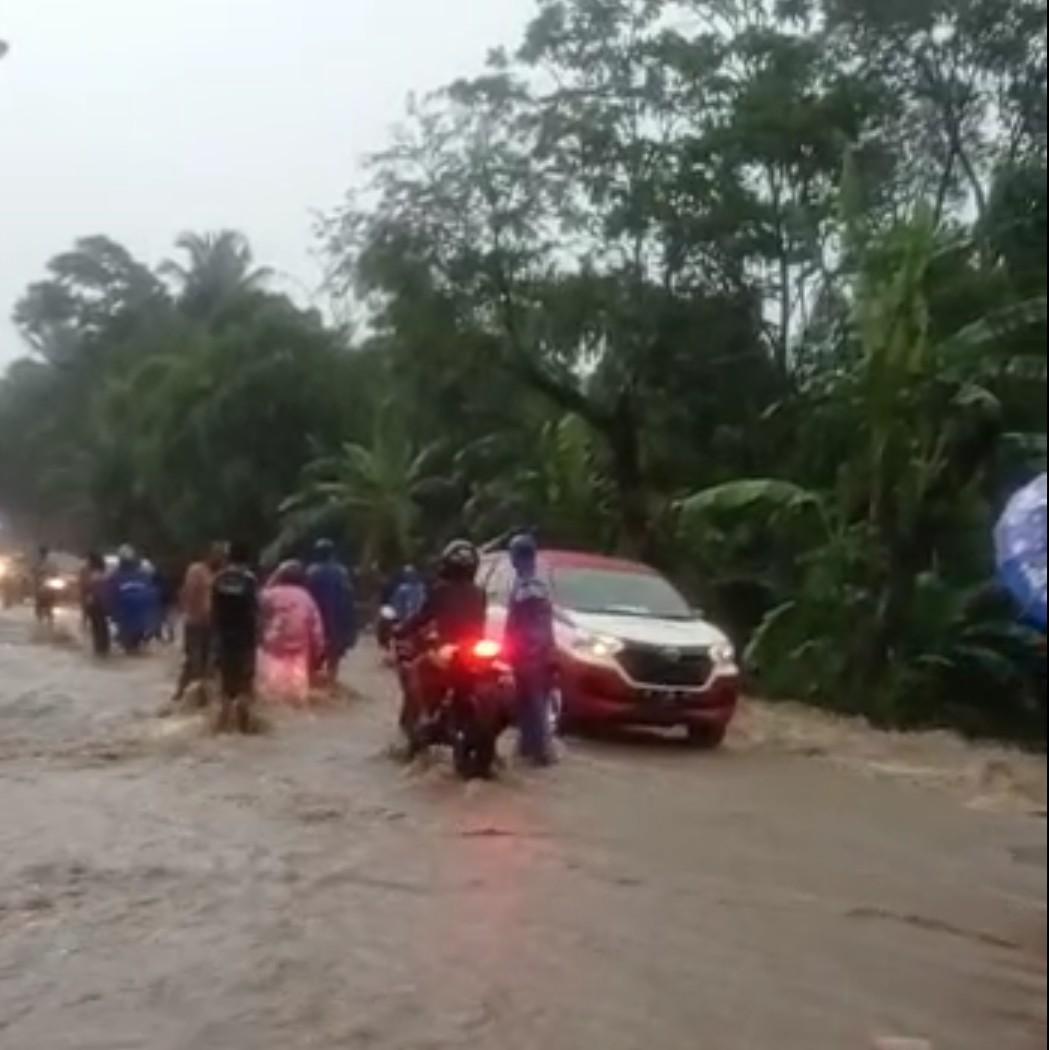 Hujan 3 Jam, Air Meluap Putuskan Jalur Bondowoso-Jember