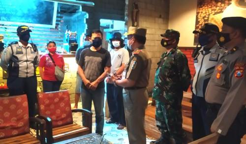 Tuban Masuk PPKM, Petugas Gabungan Razia dan Amankan Puluhan Pelanggar Prokes