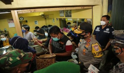 Bagikan Ribuan Masker, Forkopimda Jatim Kunjungi Pasar Kapasan