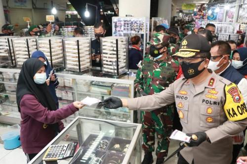 Forkopimda Jatim Bagikan 25 Ribu Masker untuk Pengunjung dan Pedagang PGS