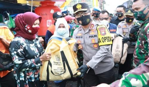 Tak Hanya Bagikan 20 Ribu Masker, Kini Forkopimda Juga Bagikan 5 Ribu Paket Sembako ke Pasar Ikan Pabean