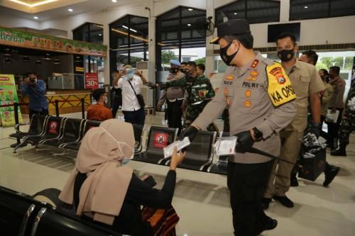 Kapolda Jatim dan Pangdam V Brawijaya Bagikan 10 Ribu Masker Di Stasiun Pasar Turi