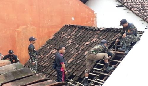 Banser Probolinggo Bantu Perbaiki Rumah Warga Korban Angin Puting Beliung