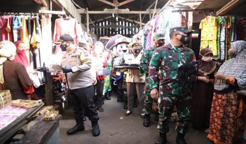 Targetkan Mojokerto Raya Zona Hijau, Dandim 0815 Bersama Kapolres Mojokerto Intens Bagikan Masker