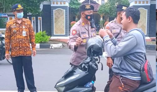 Gelar Operasi Yustisi, Kapolsek Tuban Kota: Jika Tidak Taat Prokes Akan Kita Tindak Tegas