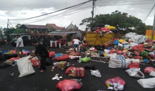 Kesal Sampah Tak Diangkut Warga Blokade Jalan Dengan Sampah