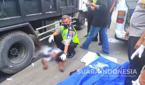 Pemotor Yamaha Tewas Terlindas Dump Truk di Depan SPBU Mulung Tuban