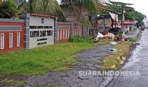 Tak Diangkut, Tumpukan Sampah di Ruas Kota Tobelo Mulai Mengeluarkan Aroma Menyengat