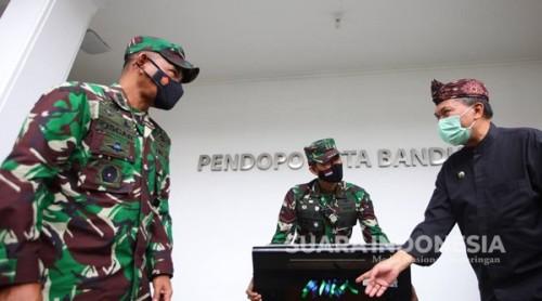 Wali Kota Bandung,  Oded Secara Simbolis Terima Bantuan Alat Blower UVC Dari Puspalad TNI AD