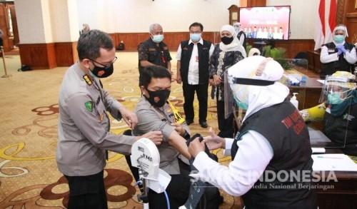 Didampingi Gubernur dan Pangdam V Brawijaya, Kapolda Jatim  Jalani Vaksinasi Covid-19 Dosis Kedua di Grahadi