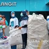 Bersama Pegiat Lingkungan, Istri Bupati Gresik Terpilih Punguti Sampah