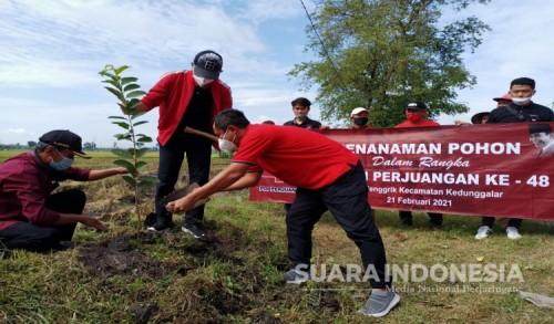 Antok Serahkan 500 Bibit Pohon Untuk Gerakan Penghijauan