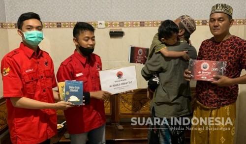 Politisi PDIP Surabaya Berikan Al Qur'an Braille untuk Ja'far Penyandang Tunanetra