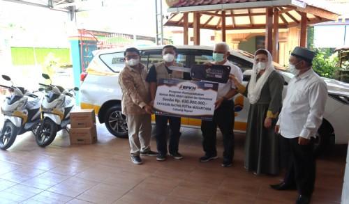 BPKH dan LAZUQ Salurkan Bantuan Kendaraan Layanan dan Operasional untuk Warga Ngawi