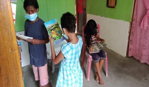 Guru SD di NTT Ini Gunakan Rumah Pribadinya untuk Taman Baca Masyarakat