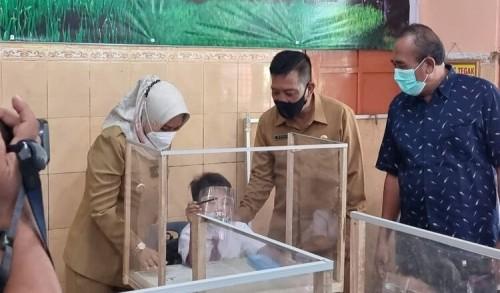 Bersama DPRD, Wali Kota Mojokerto Tinjau Pembelajaran Tatap Muka Hari Pertama