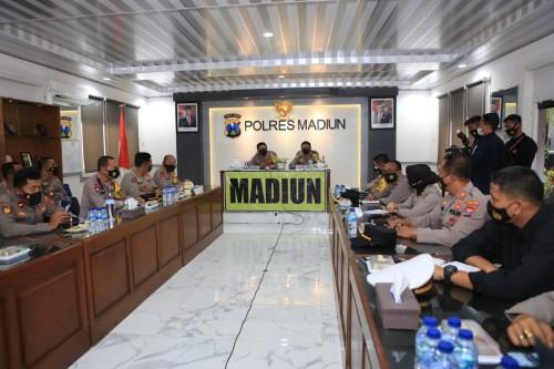 Kapolda Jatim Semangati Anggota Polres Madiun Dalam Penanganan Covid-19