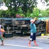 Tak Nyalakan Lampu Sein, Pengendara Motor Ditabrak Truk di Tuban