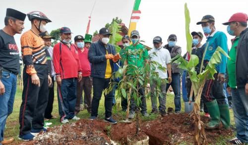 Gowes Berdesa di Petiyyin Tunggal, Bupati Gresik Tanam Pohon Durian