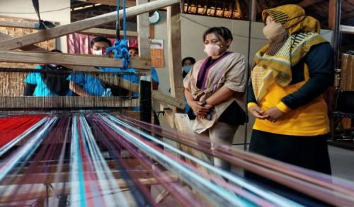 Reses di Ngawi, Diana Sasa Kunjungi Industri Sentra Pengrajin Tikar Tenun