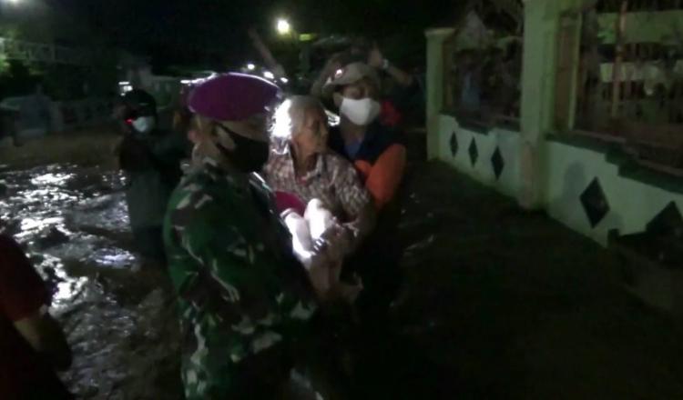 Lansia dan Anak-anak Dievakuasi Saat Dua Desa di Probolinggo Terkepung Banjir