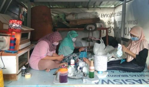 Bangkit dari Pandemi, Warga Tunjung Sekar Malang Ubah Limbah Popok Jadi Lampu Hias