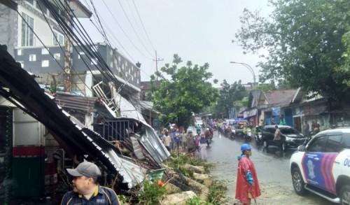 Hujan Deras, Pohon Tumbang Timpa Pengendara Motor dan Bangunan di Kota Malang