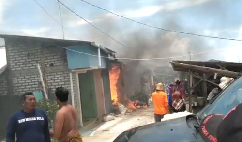 Sebuah Rumah di Gresik Terbakar, Lima Motor Hangus