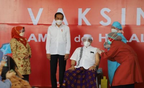 Presiden Jokowi Pantau Langsung Vaksinasi di Pendopo Kabupeten Jombang