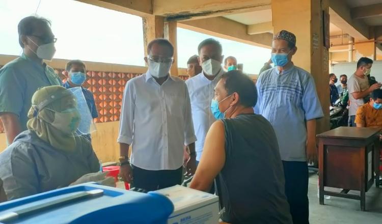 Wawali Armuji dan Wakil Ketua Komisi B Tinjau Vaksinasi di Pasar Kapasan