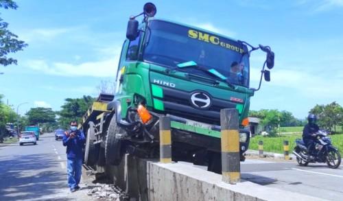 Truk Pengirim Besi ke Pertamina Tuban, Seruduk Pembatas Jalan