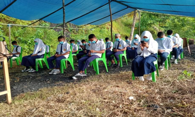Kesulitan Jaringan Internet, Puluhan Siswa MTs Nurul Huda Mamuya Halmhera Utara Ikuti Ujian di Tenda