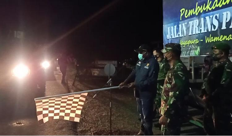 Satu Bulan Ditutup, Kabalai Bersama Danrem 172 Kembali Buka Jalan Trans Papua