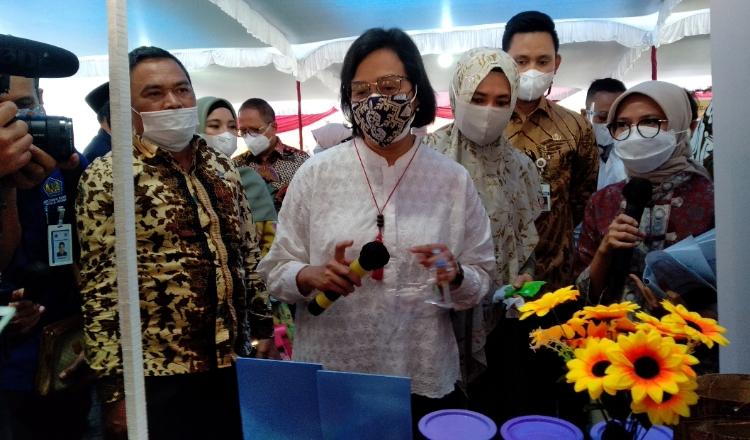 Menkeu RI dan Ketua Komisi X1 DPR RI Mengunjungi Bazar UMKM Kendal