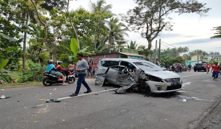 Sopir Mengantuk Mobil Ertiga Sruduk Truk di Jalan Purworejo - Magelang
