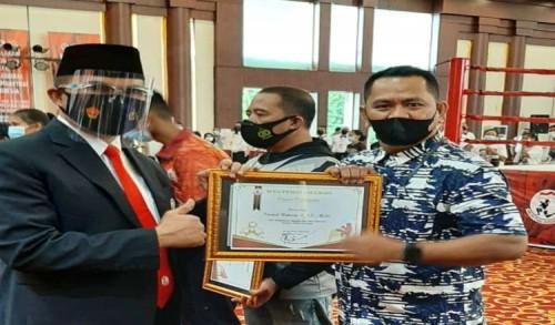 Harumkan Nama Kutim Dikancah Nasional, Opniel Kantongi Penghargaan Muaythai Award 2021