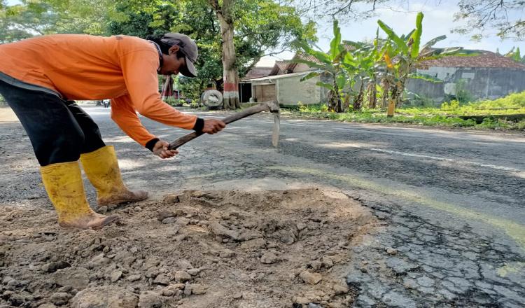 Disorot Publik, Jalan Rusak di Ngawi Mulai Diperbaiki Meskipun Tambal Sulam