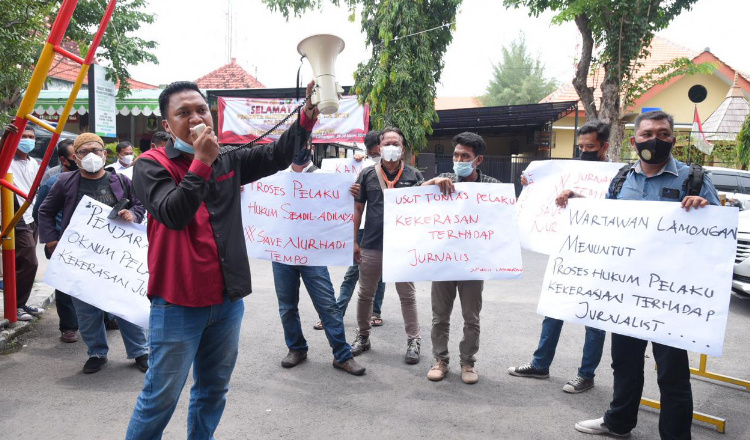 Puluhan Jurnalis Lamongan Turun Jalan, Tuntut Usut Tuntas Pelaku Kekerasan Terhadap Wartawan Surabaya