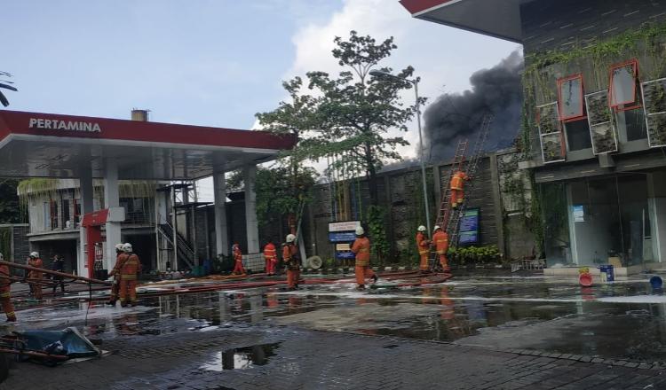 Meski Api Sudah Padam, Penyebab Gudang Plastik Tandes Surabaya Terbakar Belum Diketahui