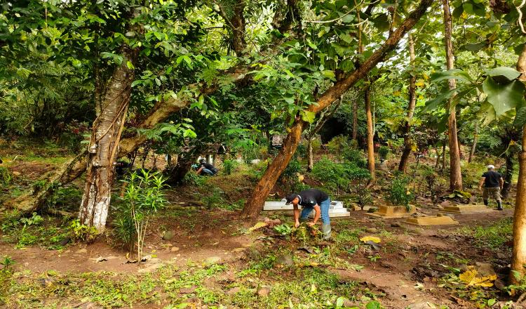 Puluhan Anggota Garda NKRI Gotong Royong Bersihkan Makam Suwaru Purworejo