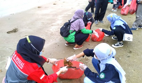 Puluhan Siswa dan Mahasiswa Angkat 30 Kantong Sampah Dari Pantai Tuban